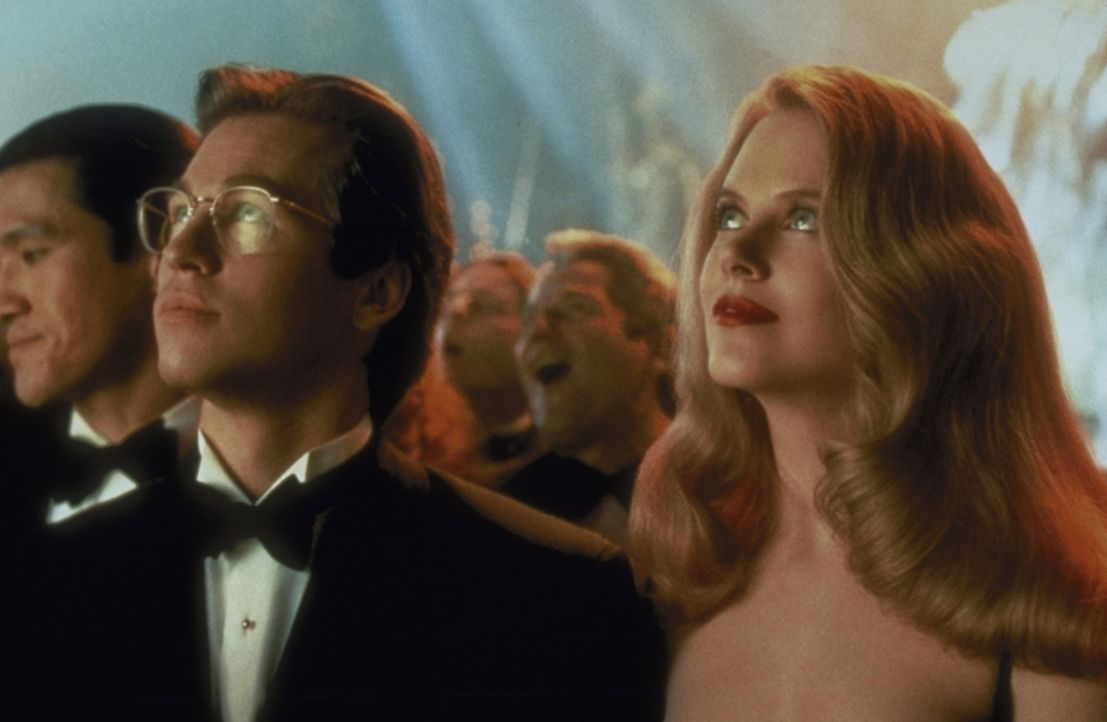 Die Psychologin Dr. Chase Meridian (Nicole Kidman, r.) ahnt nicht, dass der Mann neben ihr Batman (Val Kilmer, l.) ist ... - Bildquelle: Warner Brothers International