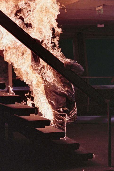 Als im Berliner Fernsehturm durch einen Schwelbrand Feuer ausbricht, scheint es für die Besucher keine Rettung zu geben ... - Bildquelle: ProSieben ProSieben