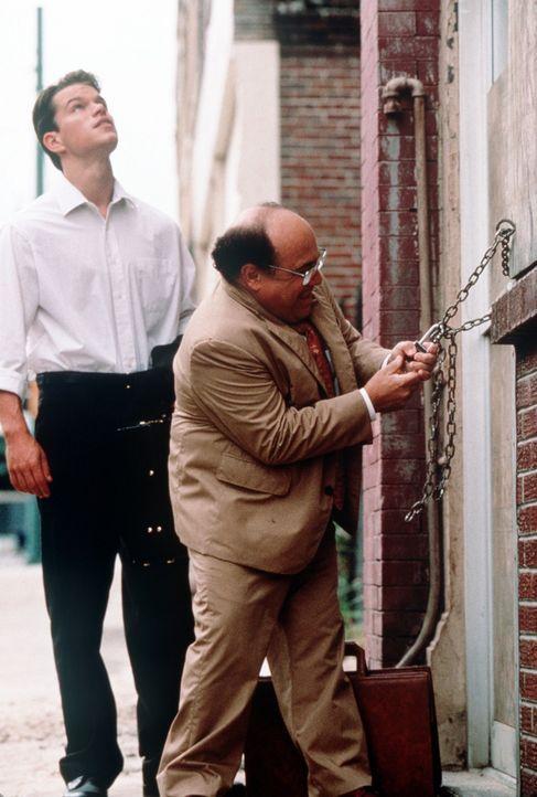 Im Interesse ihrer Klienten greifen Rudy Baylor (Matt Damon, l.) und Deck Schifflet (Danny De Vito, r.) auch schon mal zu etwas ausgefallenen Method... - Bildquelle: Paramount Pictures