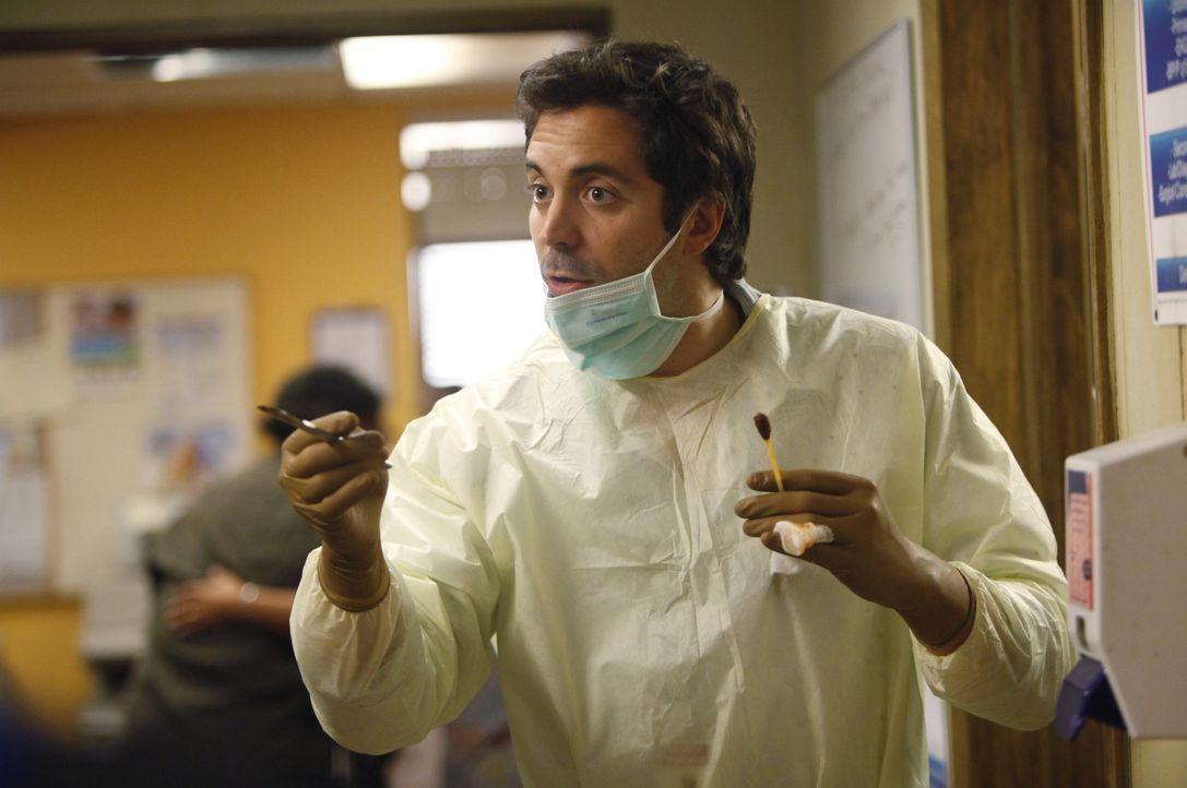 """In der """"Clinica Sanando"""" hat Dr. Zeke Barnes (Rhys Coiro) alle Hände voll zu tun ... - Bildquelle: 2011 CBS BROADCASTING INC. ALL RIGHTS RESERVED"""