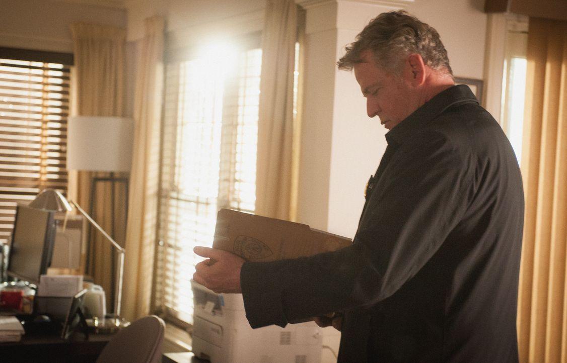 Captain Gregson (Aidan Quinn) zählt bei der Aufklärung eines Doppelmords auf die Unterstützung von Holmes und Watson, die am Tatort auch sofort eini... - Bildquelle: Jeff Neira 2016 CBS Broadcasting Inc. All Rights Reserved.