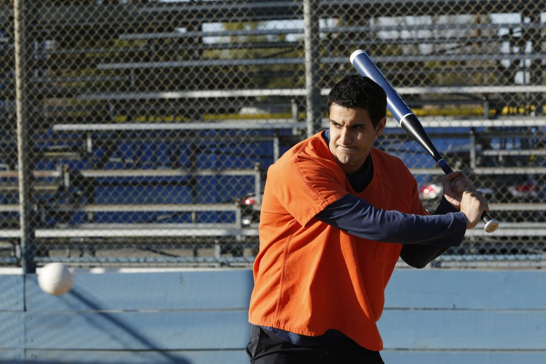 Ist Walter (Elyes Gabel) mit seinen Gedanken wirklich bei dem wichtigen Softball-Spiel? - Bildquelle: Cliff Lipson 2018 CBS Broadcasting, Inc. All Rights Reserved. / Cliff Lipson