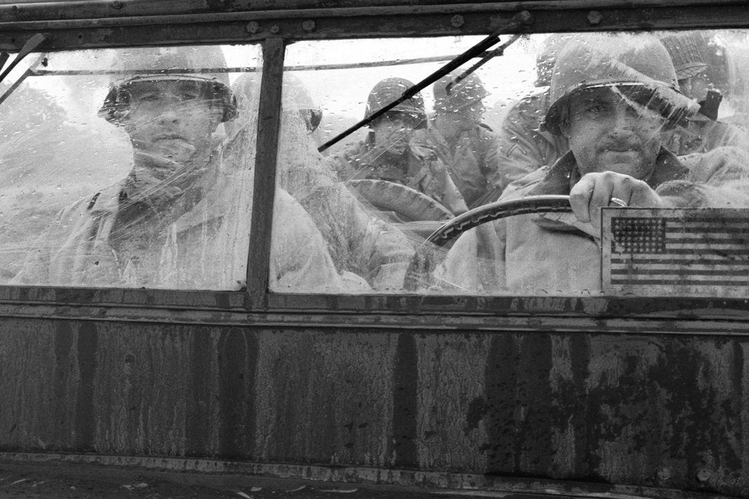 Die Suche nach dem vermissten Soldaten James Ryan gestaltet sich für Captain Miller (Tom Hanks, l.) und seinen Kameraden Sergeant Horvath (Tom Size... - Bildquelle: United International Pictures