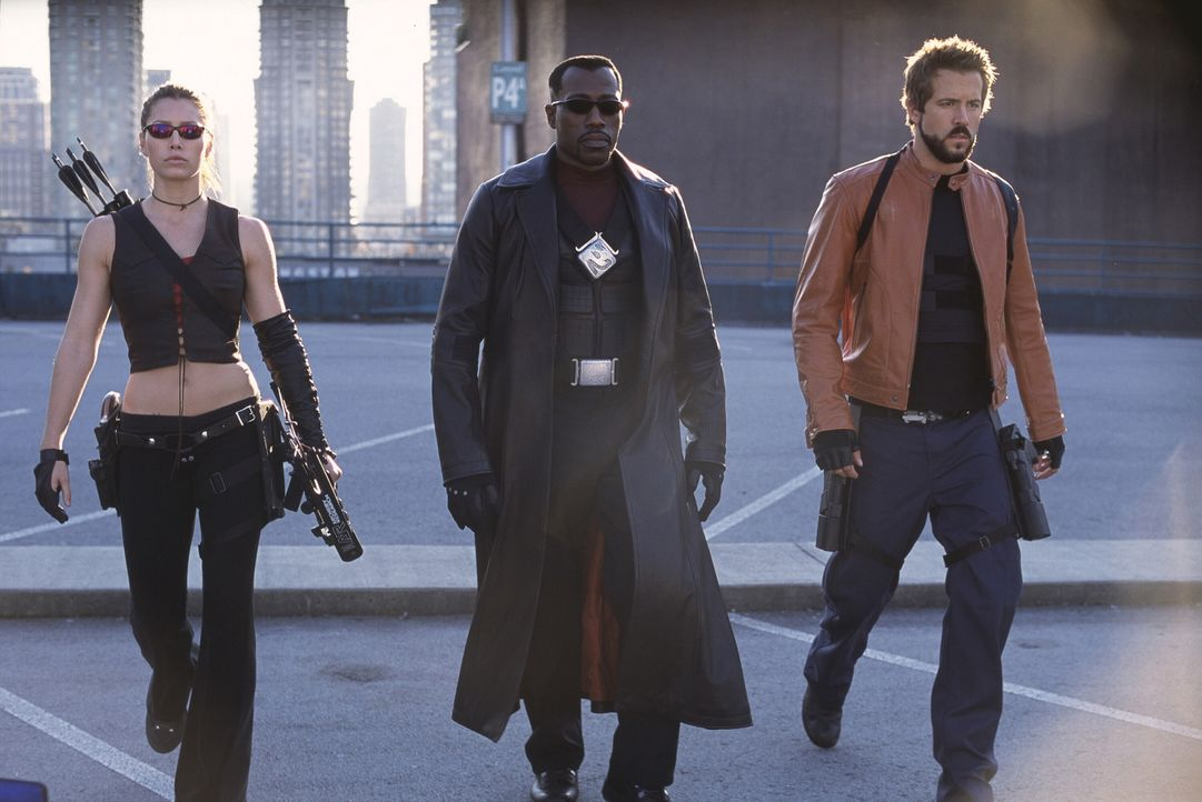 Vereint müssen Blade (Wesley Snipes, M.), Abigail Whistler (Jessica Biel, l.) und Hannibal King (Ryan Reynolds, r.) den von der Vampirfürstin Danica... - Bildquelle: New Line Cinema