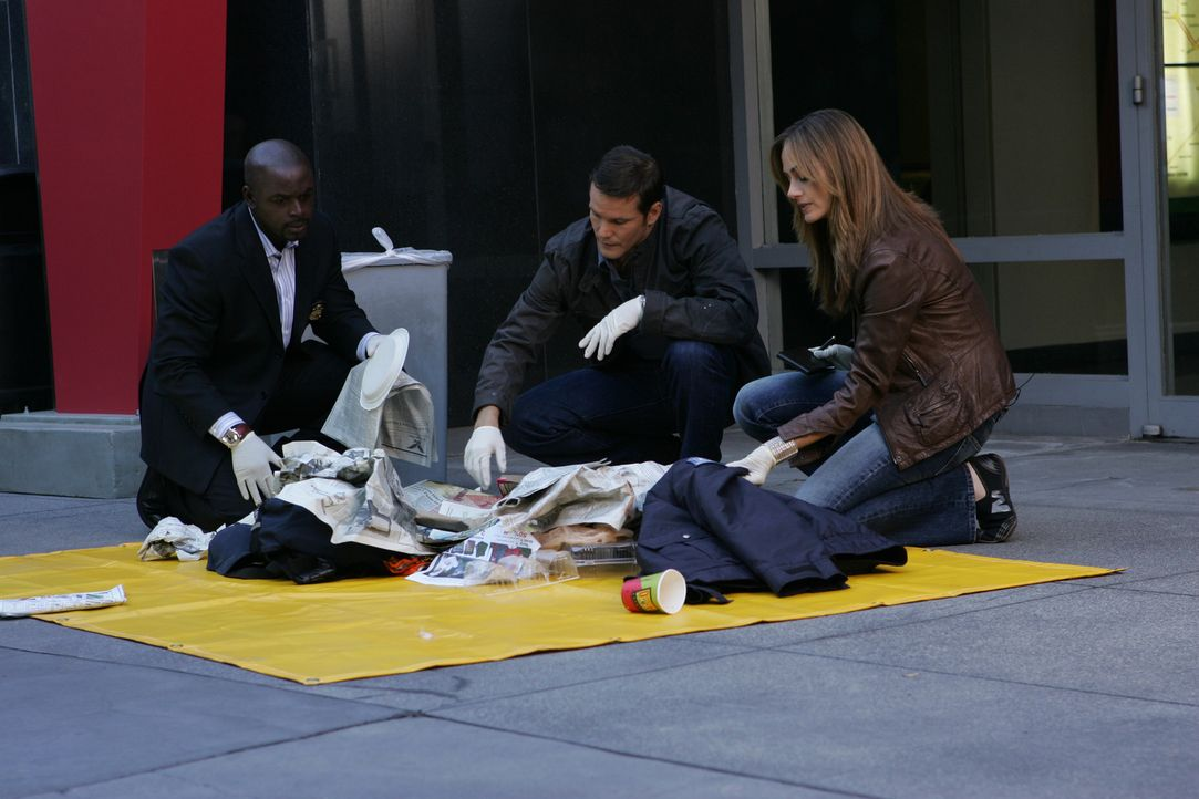 Suchen nach Hinweisen um den Täter entlarven zu können: Megan (Diane Farr, r.), versucht David (Alimi Ballard, l.) und Colby (Dylan Bruno, M.) ... - Bildquelle: Paramount Network Television