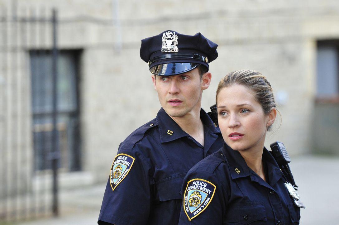 Der Einsatz von Jamie (Will Estes, l.) und Eddie (Vanessa Ray, r.) verläuft anders als erwartet ... - Bildquelle: 2013 CBS Broadcasting Inc. All Rights Reserved.