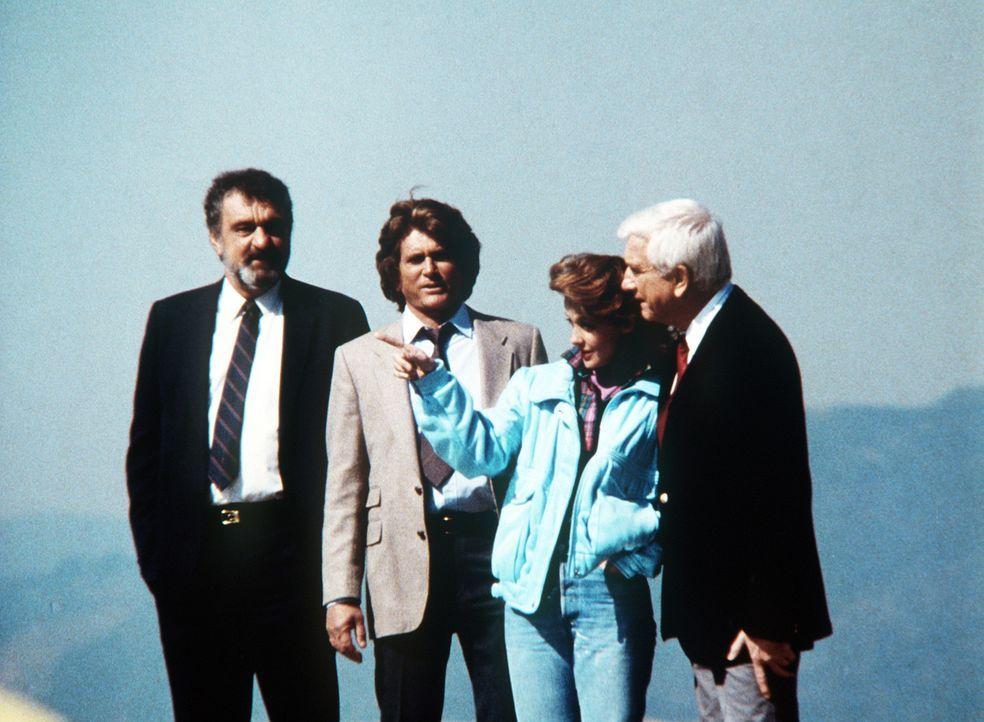 Jonathan (Michael Landon, 2.v.l.) und Mark (Victor French, l.) machen Benson (Leslie Nielsen, r.) mit Kate (Donna Mitchell) bekannt, die aus verwahr... - Bildquelle: Worldvision Enterprises, Inc.
