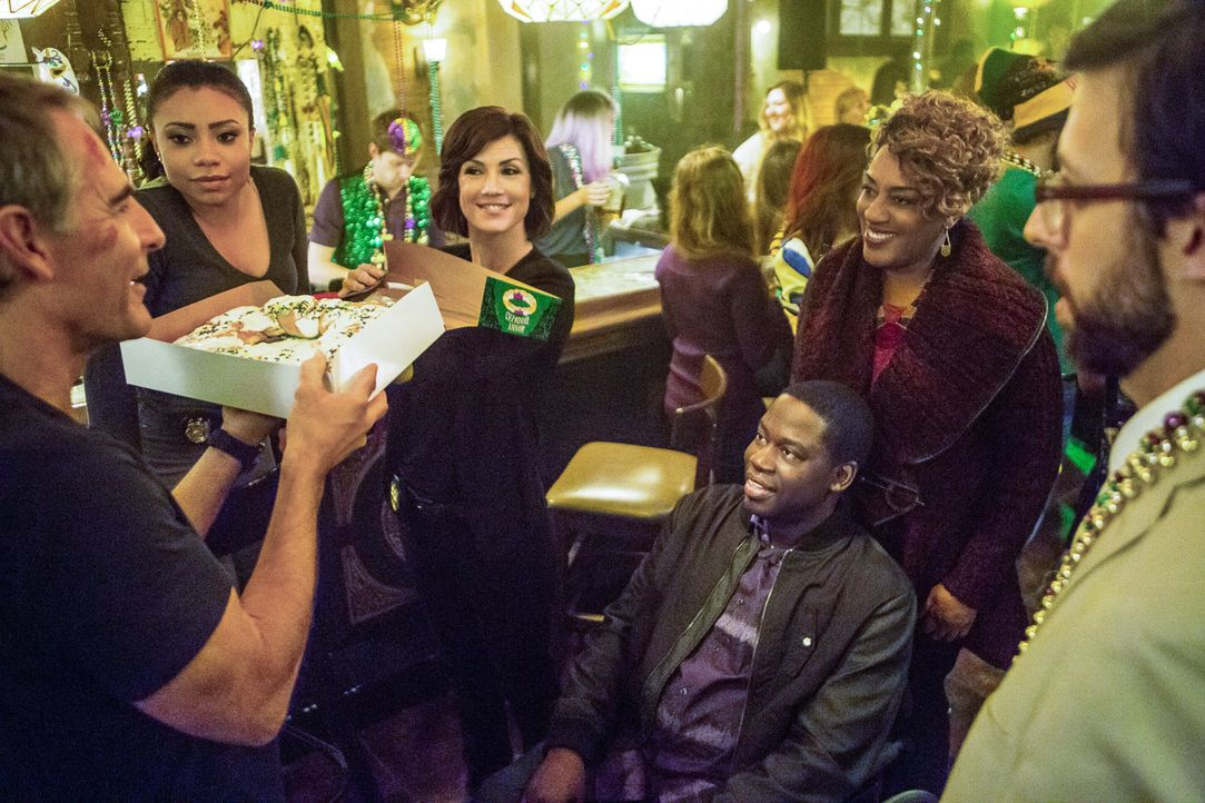 Sonja (Shalita Grant, 2.v.l.), Meredith (Zoe McLellan, 3.v.l.), Patton (Daryl Mitchell, sitzend), Loretta (CCH Pounder, 2.v.r.) und Sebastian (Rob K... - Bildquelle: Skip Bolen 2015 CBS Broadcasting, Inc. All Rights Reserved.