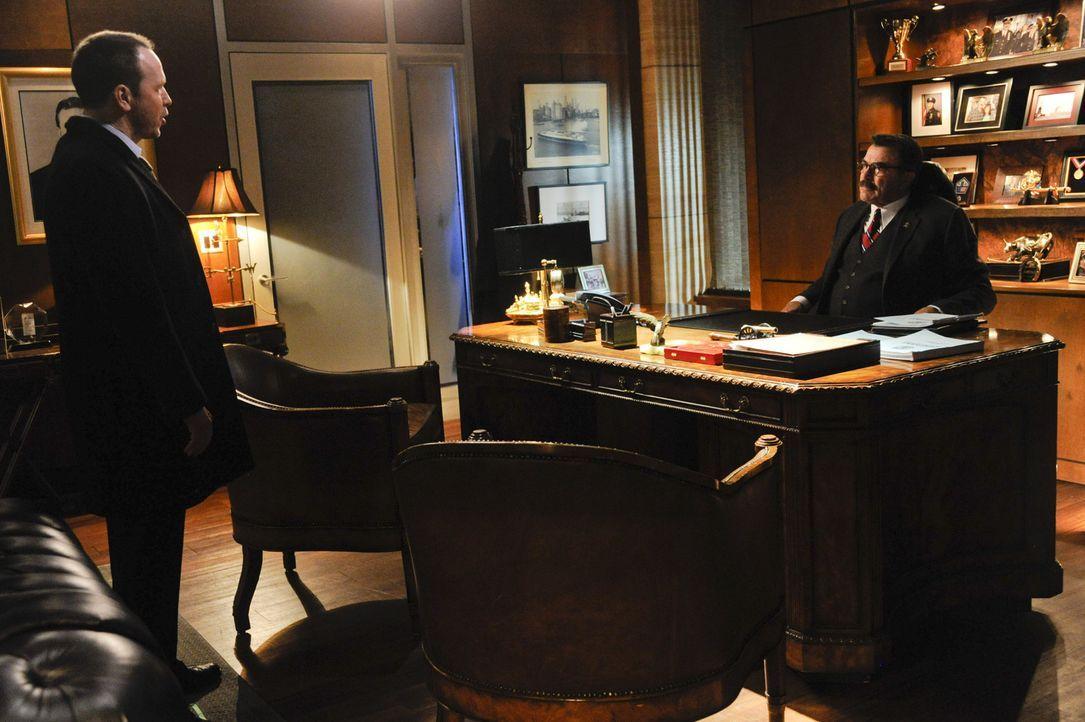 Weil Danny (Donnie Wahlber, l.) sich bei den Kent-Untersuchungen äußerst strikt ans Gesetz halten muss, will er die Ermittlungen, gegen den Willen s... - Bildquelle: Jeff Neira 2014 CBS Broadcasting Inc. All Rights Reserved.