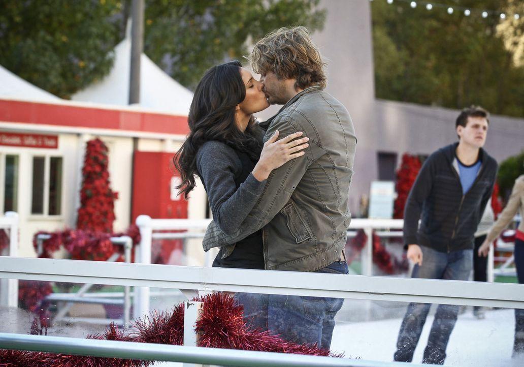 Nach einem erfolgreich abgeschlossenen Fall, gestehen sich Deeks (Eric Christian Olsen, r.) und Kensi (Daniela Ruah, l.) endlich ihre Liebe ... - Bildquelle: CBS Studios Inc. All Rights Reserved.