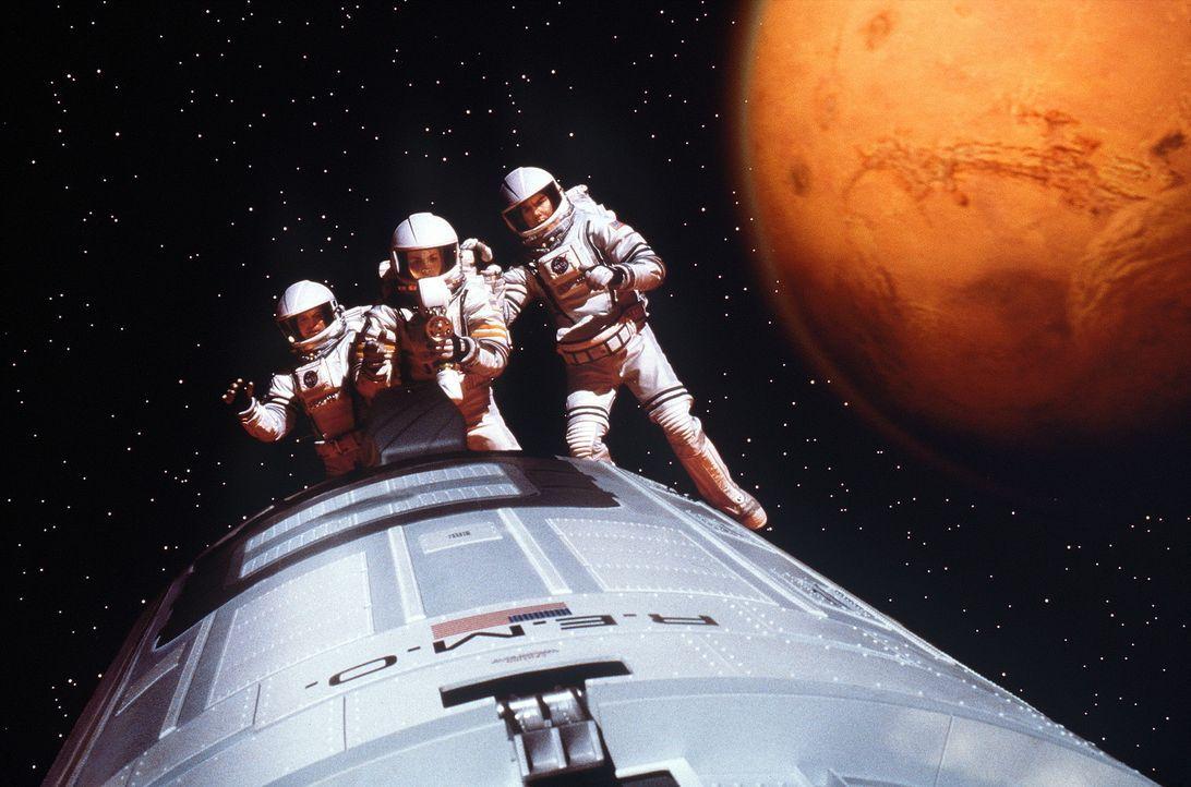 Jim McConnell (Gary Sinise, l.), Terri Fisher (Connie Nielsen, M.) und Phil Ohlmyer (Jerry O'Connell, r.) versuchen verzweifelt, Commander Woody Bla... - Bildquelle: Touchstone Pictures