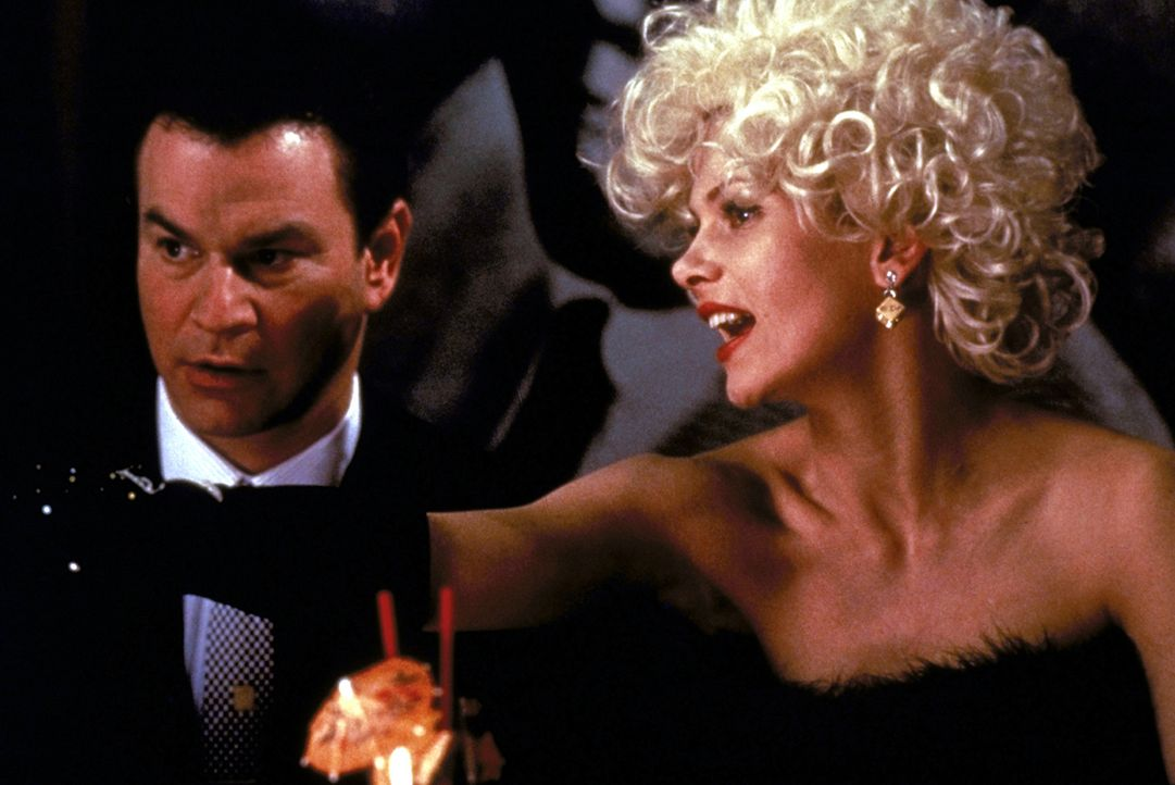 Sportreporter und Ty Cobb-Biograph Al Stump (Robert Wuhl, l.) hat gute Chancen bei dem hübschen Zigarettenmädchen Ramona (Lolita Davidovich, r.). Da... - Bildquelle: Warner Bros.
