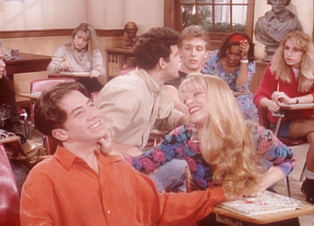 Nachdem sich bereits seine Lehrerin in ihn verliebt hat, wird Bud (David Faustino, l.) auch noch von seiner Mitschülerin Darlene (Charlotte Ross, r... - Bildquelle: Columbia Pictures