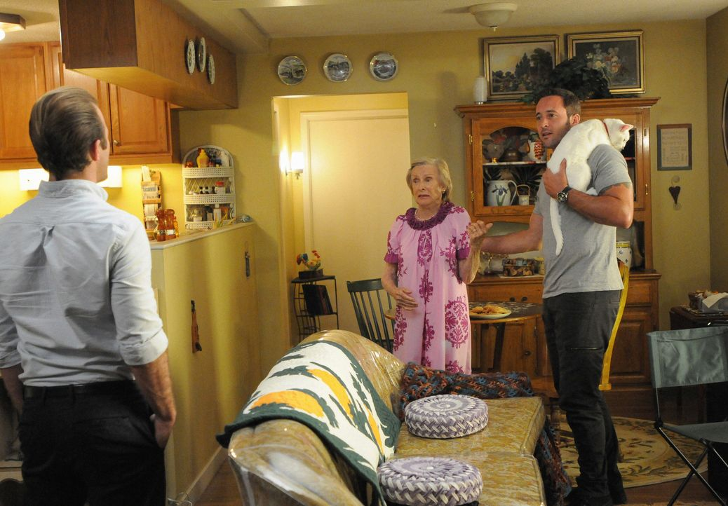 Danny (Scott Caan, l.) und Steve (Alex O'Loughlin, r.) legen sich in der Wohnung von Ruth Tennenbaum (Cloris Leachman, M.) auf die Lauer, um einen M... - Bildquelle: Norman Shapiro 2015 CBS Broadcasting Inc. All Rights Reserved.