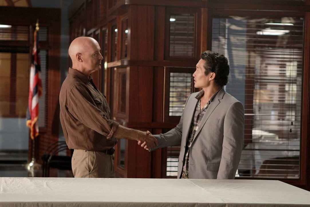 Mit Commander Joe Whites (Terry O'Quinn, l.) Hilfe wollen Danny und Chin (Daniel Dae Kim, r.) Steves Unschuld beweisen. Doch wird es ihnen gelingen? - Bildquelle: Mario Perez TM &   CBS Studios Inc. All Rights Reserved.