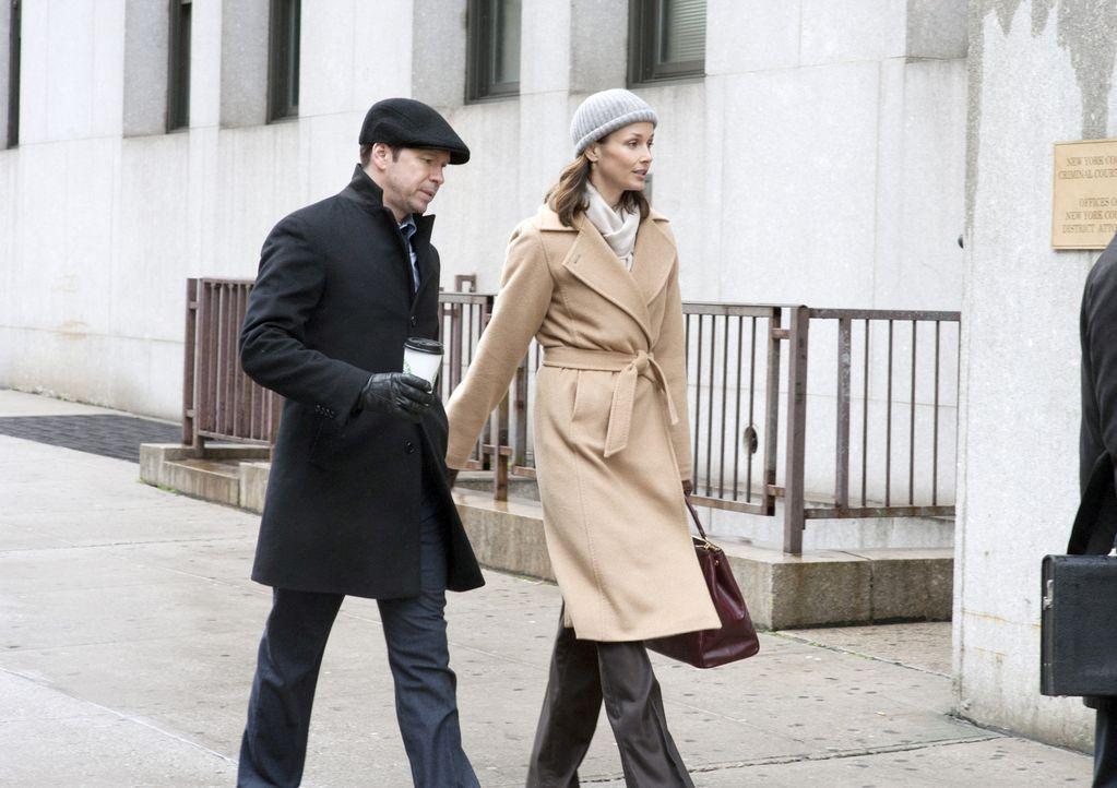 Geschwister halten zueinander: Erin (Bridget Moynahan, r.) erfährt von Danny (Donnie Wahlberg, l.) die erschreckende Wahrheit über Jamies Einsatz ..... - Bildquelle: Jojo Whilden 2011 CBS Broadcasting Inc. All Rights Reserved