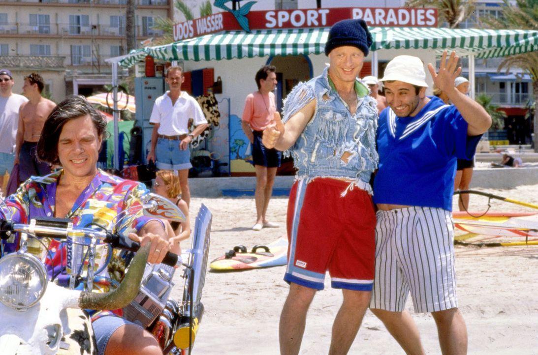 Tommie (Tom Gerhardt, M.) und Mario (Hilmi Sözer, r.) treffen auf Mallorca den Schlagersänger Jürgen Drews (l.) ... - Bildquelle: Constantin Film
