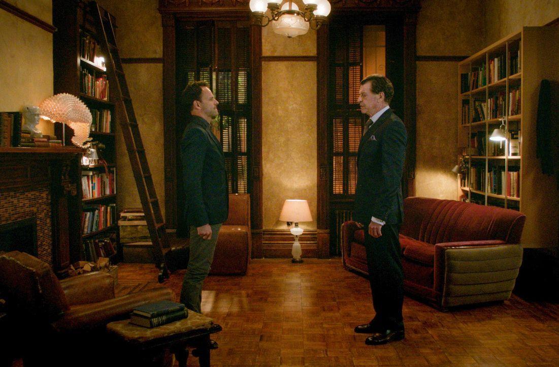 Sherlock (Jonny Lee Miller, l.) fühlt sich von der ständigen Präsenz von Morland (John Noble, r.) abgelenkt und will seinen Vater wieder los werden... - Bildquelle: 2015 CBS Broadcasting, Inc. All Rights Reserved