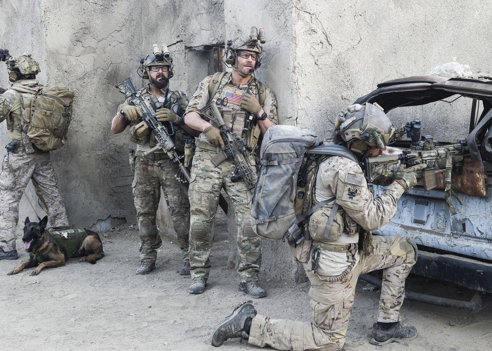 Jason (David Boreanaz, M.), Sonny (A.J. Buckley, l.) und das Team sollen im Irak eine abgeschossene Drohne aufspüren. Doch die Mission wird zur Nebe... - Bildquelle: Ron Jaffe CBS   2017 CBS Broadcasting, Inc. All Rights Reserved / Ron Jaffe