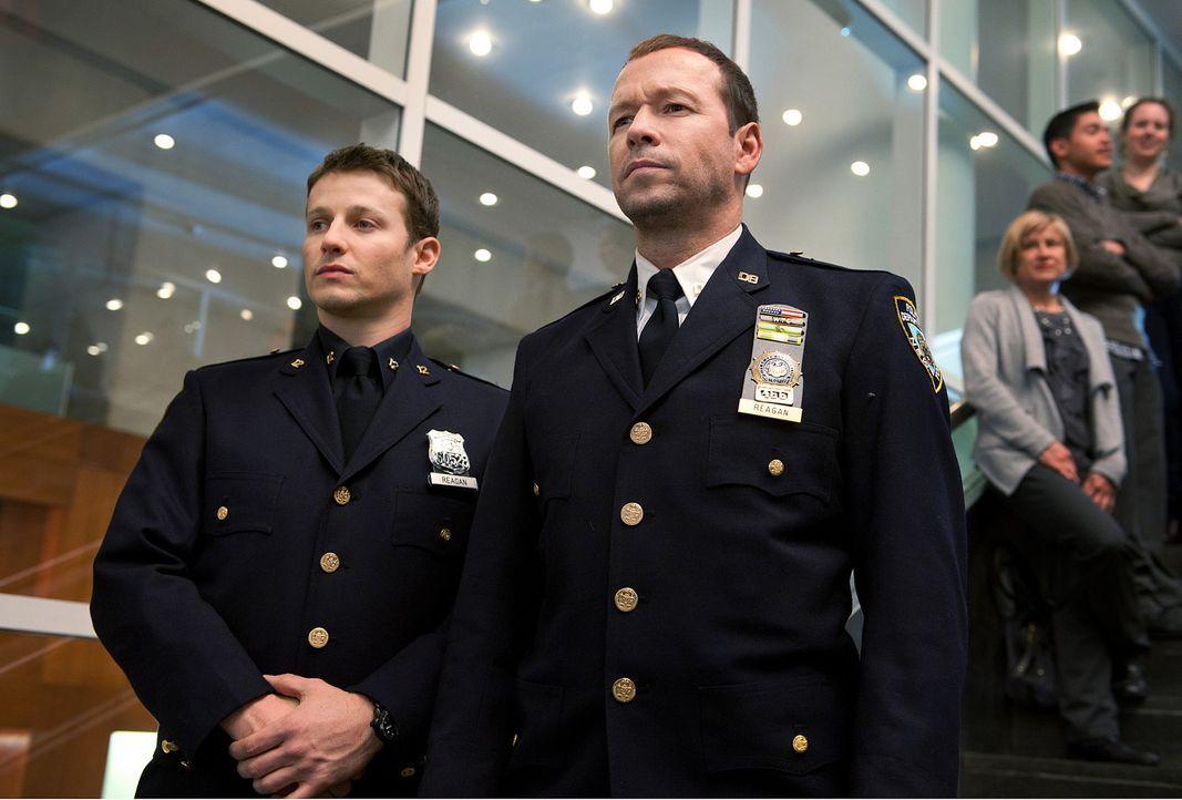 Jamie (Will Estes, l.) und sein Bruder Danny (Donnie Wahlberg, r.) befürchten, dass sich im Publikum ein Attentäter befindet, der es auf ihren Vater... - Bildquelle: 2010 CBS Broadcasting Inc. All Rights Reserved