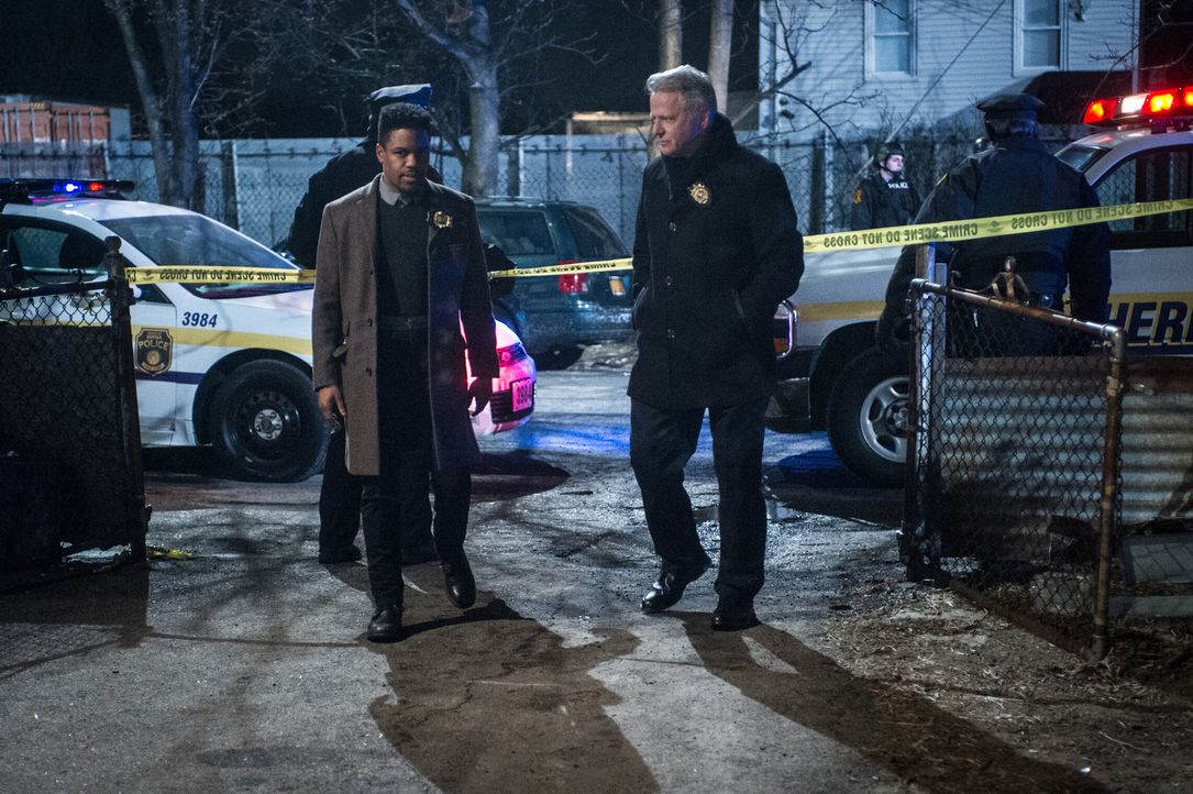 (v.l.n.r.) Detective Marcus Bell (Jon Michael Hill); Captain Tommy Gregson (Aidan Quinn) - Bildquelle: Jeff Neira 2017 CBS Television. All Rights Reserved/Jeff Neira