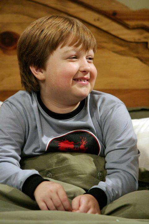 Jake (Angus T. Jones) fühlt sich sehr wohl in der reinen Männer WG ... - Bildquelle: Warner Brothers Entertainment Inc.