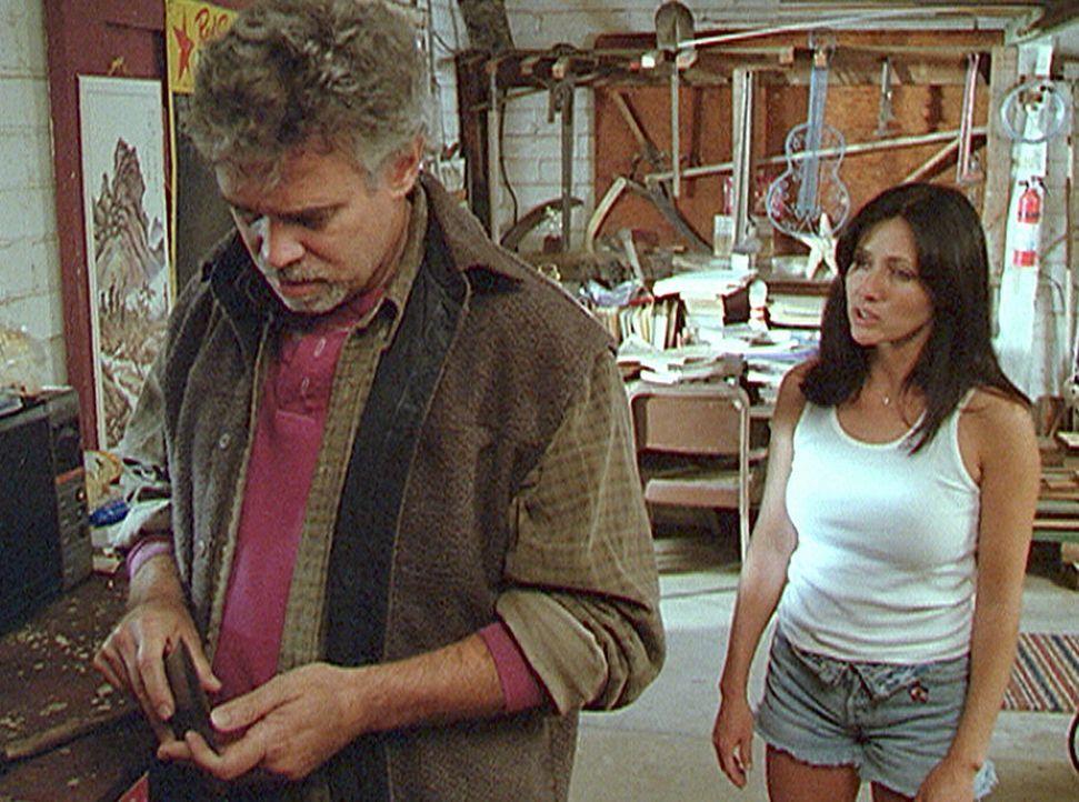 Prue (Shannen Doherty, r.) hat Sams (Scott Jaeck, l.) Geheimnis entdeckt. Er war unsterblich in ihre Mutter verliebt, konnte sie aber nicht vor eine... - Bildquelle: Paramount Pictures