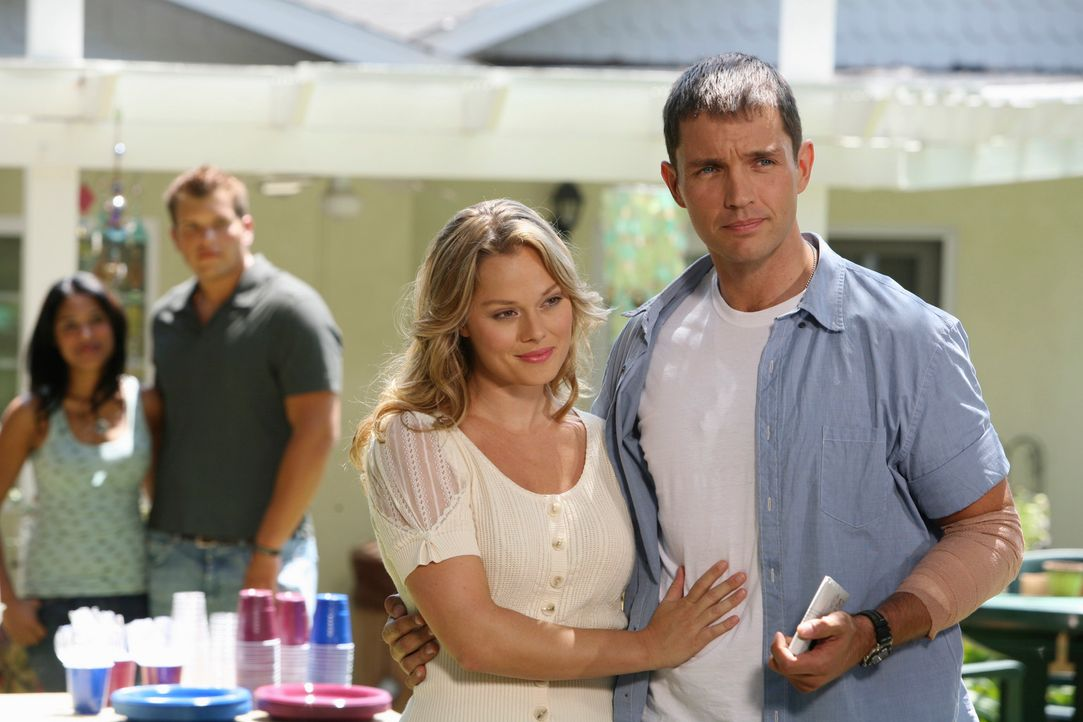 Gina (Kate Levering, 2.v.r.) ist überglücklich, dass ihr Freund Matt (Matthew Marsden, r.) heil aus dem Irakkrieg zurückgekehrt ist. - Bildquelle: ABC Studios