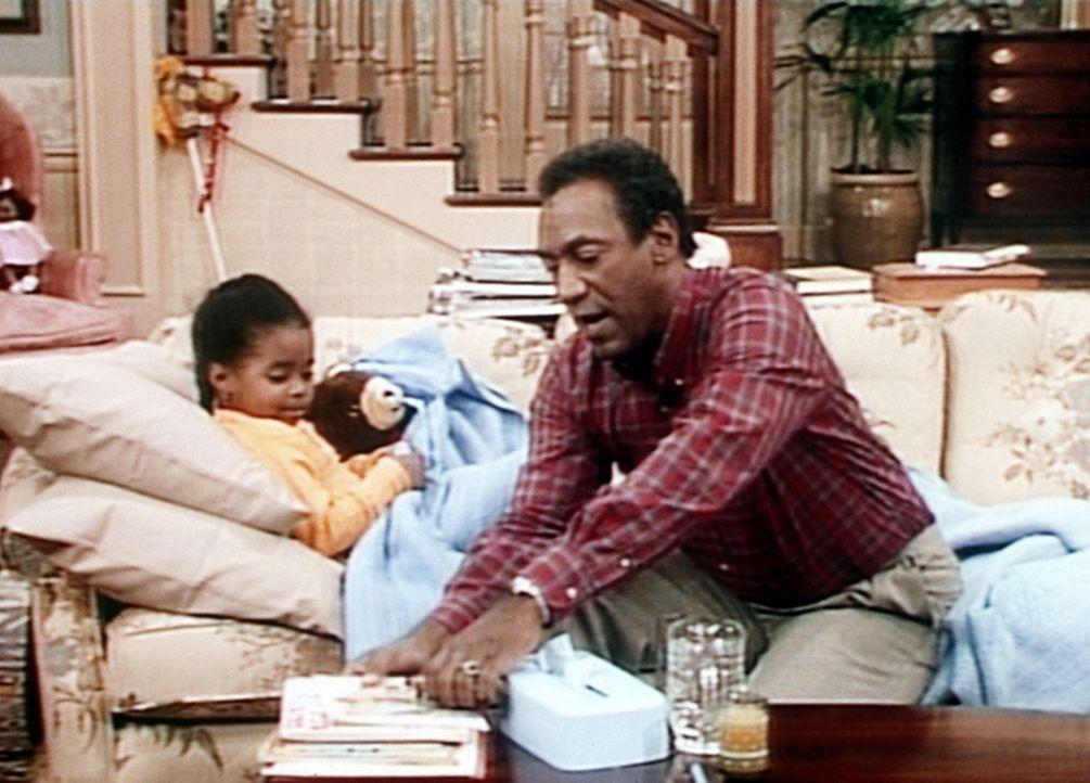 Rudy (Keshia Knight Pulliam, l.) ist krank und wird von Cliff (Bill Cosby, r.) im Wohnzimmer auf die Couch gebettet. - Bildquelle: Viacom