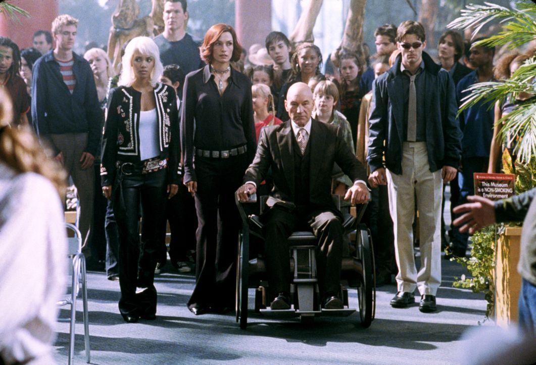 Alle Mutanten sind in Gefahr, nachdem einer von ihnen den Präsidenten angegriffen hat. Können Storm (Halle Berry, vorne l.), Jean (Famke Janssen, vo... - Bildquelle: 20th Century Fox International Television