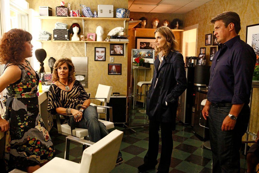 Die beiden Stylistinnen Suzanne Rizzo (Christine Elise, l.) und Bernie Cosetti (Laura Niemi, 2.v.l.) stellen sich den Fragen von Richard Castle (Nat... - Bildquelle: 2012 American Broadcasting Companies, Inc. All rights reserved.