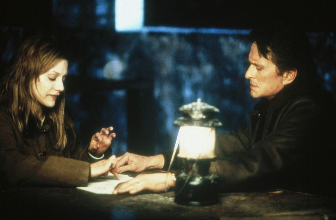Innerhalb weniger Stunden muss Dr. Nathan Conrad (Michael Douglas, r.) seine schwer gestörte Patientin Elisabeth (Brittany Murphy, l.) zum Sprechen... - Bildquelle: 20th Century Fox Film Corporation