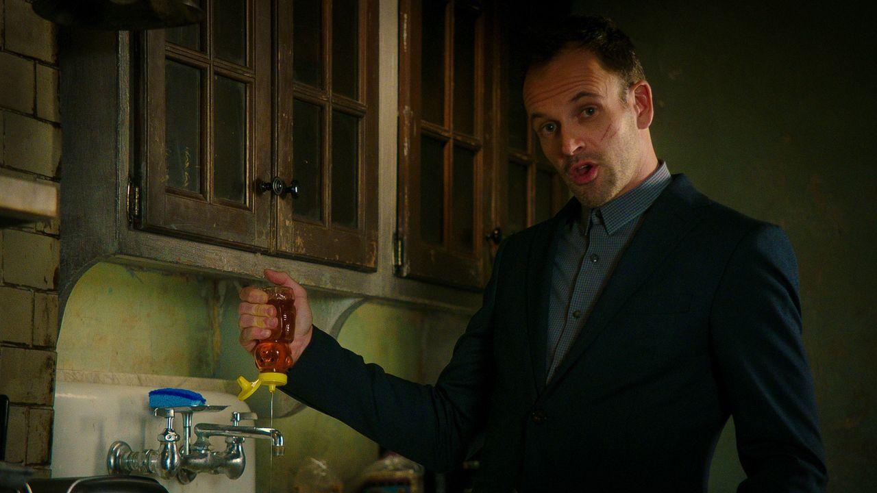 Während sich Holmes (Jonny Lee Miller) und Watson mit einem College anlegen, wird Sherlock ein weiteres Mal von seinem Vater enttäuscht, der ein Geh... - Bildquelle: 2015 CBS Broadcasting Inc. All Rights Reserved.