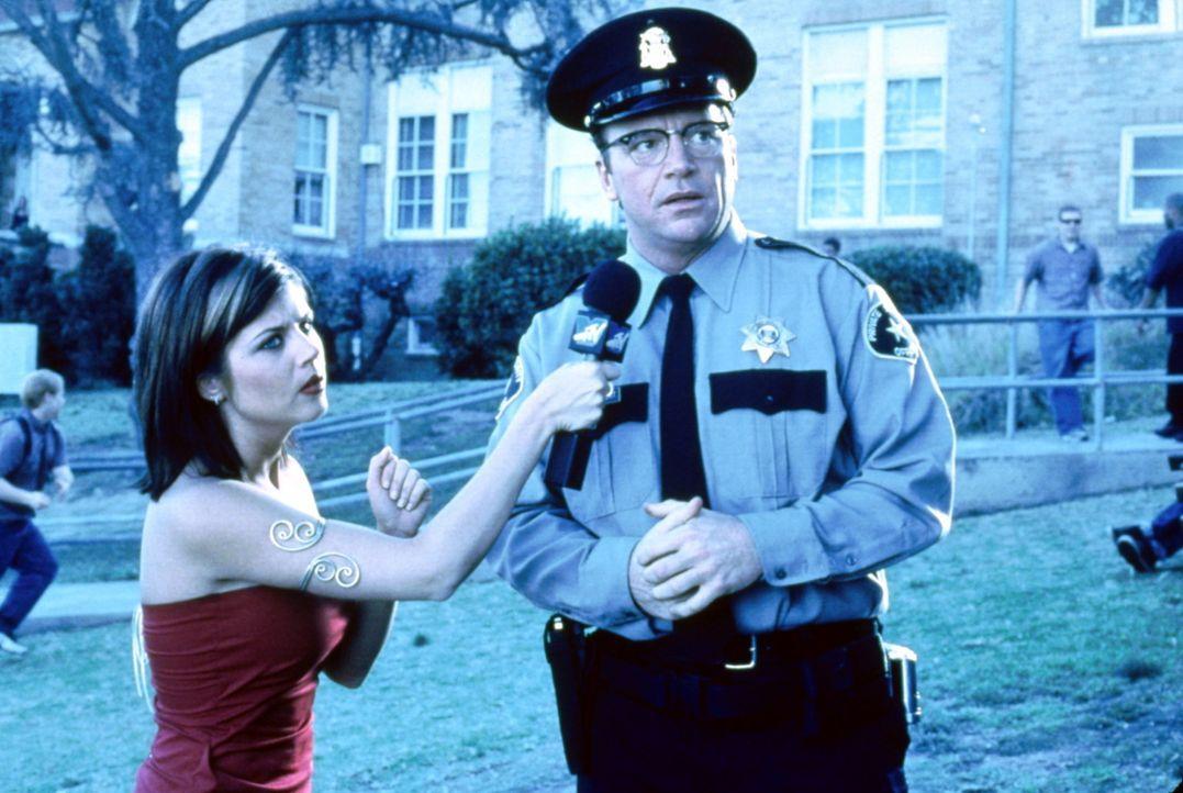Als das Fernsehen Wind von den ominösen Messerspielchen bekommt, schickt es seine beste Reporterin, Hagitha (Tiffani-Amber Thiessen, l.), den hilfl... - Bildquelle: USA Network Inc.