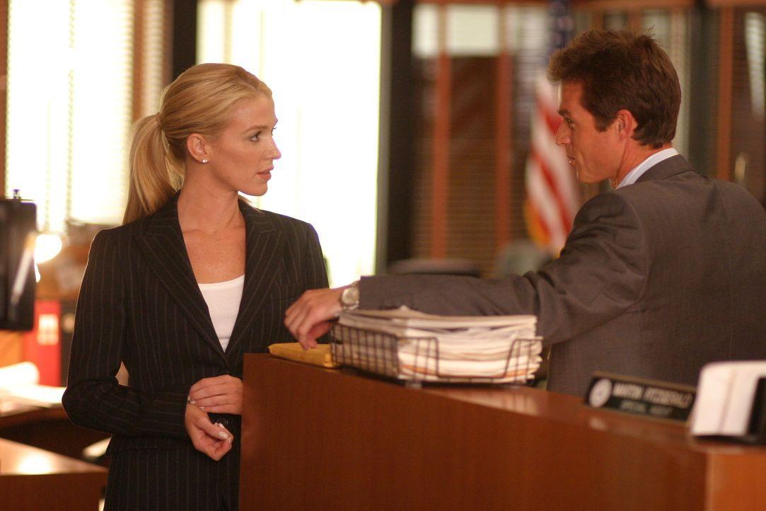Nur selten haben Martin Fitzgerald (Eric Close, r.) und Samantha Spade (Poppy Montgomery, l.) Zeit für ein lockeres Schwätzchen ... - Bildquelle: Warner Bros. Entertainment Inc.