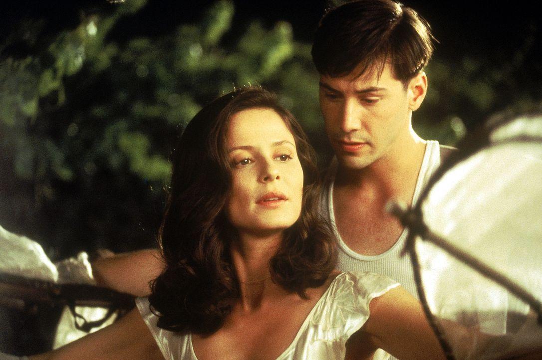 Aus dem Spiel wird Ernst. Zwischen Paul (Keanu Reeves, r.) und Victoria (Aitana Sánchez-Gijón, l.) beginnen die Funken heftig zu sprühen ... - Bildquelle: 20th Century Fox