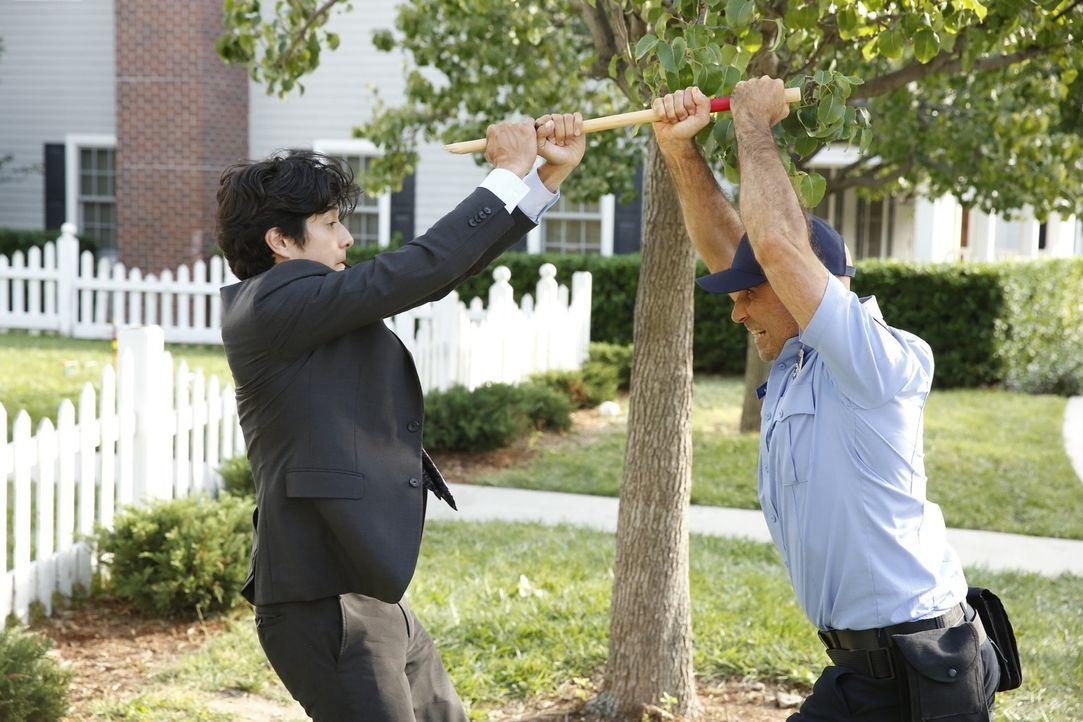 Muss bei den Ermittlungen auch immer wieder etwas einstecken: Lee (Jon Foo, l.) ... - Bildquelle: Warner Brothers