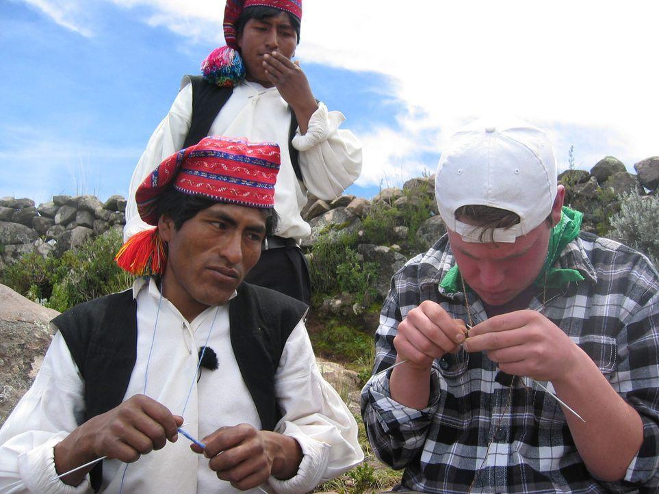 Auf Taquile, einer Insel im Titicacasee in Peru, soll Max (r.) endlich lernen, dass das Leben kein Ponyhof ist ... - Bildquelle: kabel eins