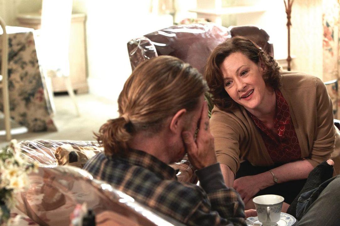 Mit einer Mitleidsmasche will Frank (William H. Macy, l.) bei der Hausfrau Sheila (Joan Cusack, r.) landen ... - Bildquelle: 2010 Warner Brothers