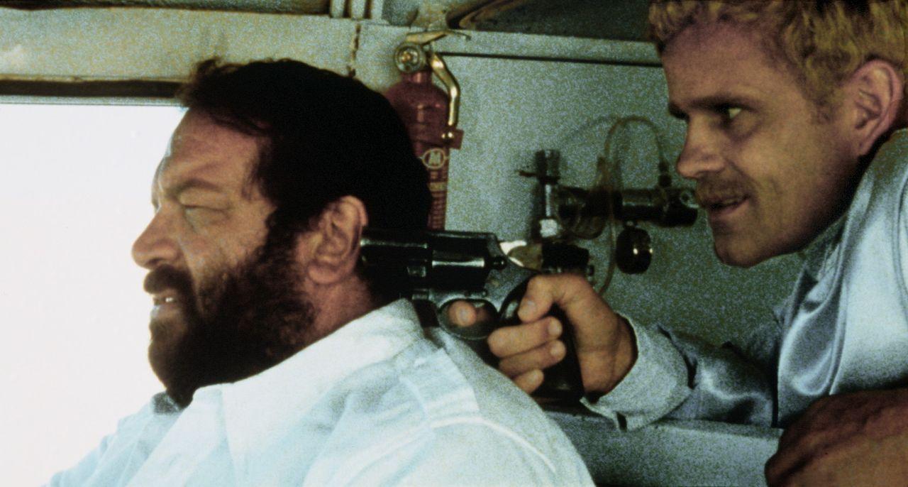 Spiro (Werner Pochath, r.), der Boss einer Diamantenschmugglerbande, bedroht den Polizeikommissar Plattfuß (Bud Spencer, l.) mit einer Waffe - doch...