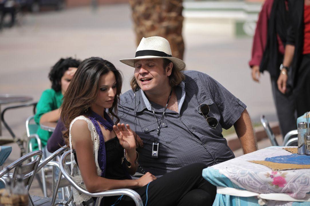 Kaum die Grundkenntnisse des Flirtens erlernt, da macht sich Charles (Oliver Fleischer, r.) auch schon an die schönsten Mädchen von Casablanca her... - Bildquelle: Sife Ddine ELAMINE SAT.1