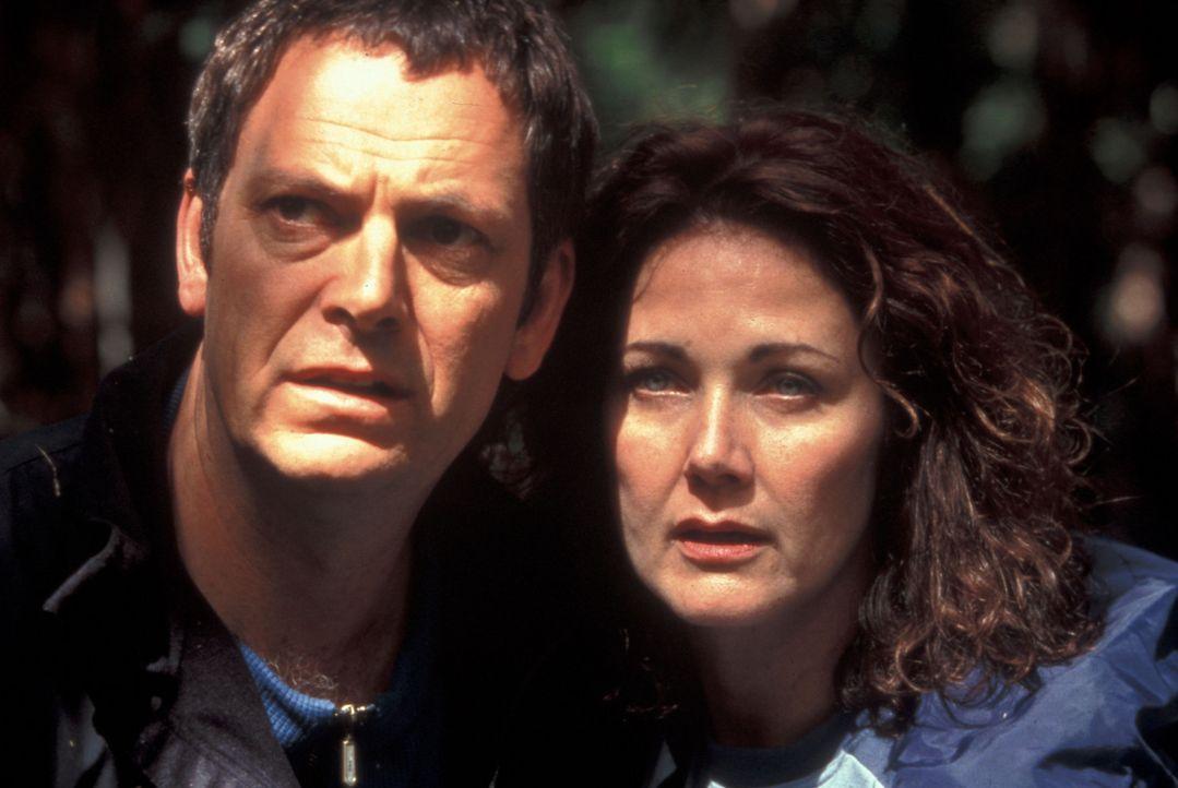 """Als der Vulkan """"Mount Extreme"""" zu neuem Leben erwacht, beginnt für Janet (Lynda Carter, r.) und Kevin (Parker Stevenson, l.) ein gnadenloser Wettla... - Bildquelle: Regent Entertainment"""