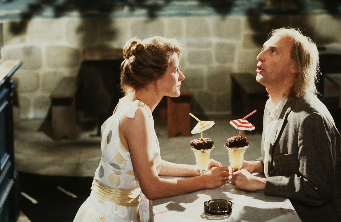 Unermüdlich versucht der Tollpatsch Otto (Otto Waalkes, r.), das Herz der attraktiven Silvia (Jessika Cardinahl, l.) zu erobern ... - Bildquelle: Tobis Filmkunst