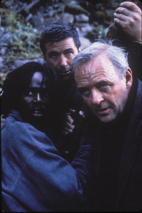 Allein in der Wildnis Alaskas, ist das Trio auf Gedeih und Verderb aufeinander angewiesen: der reiche Geschäftsmann Charles Morse (Anthony Hopkins,... - Bildquelle: kabel eins
