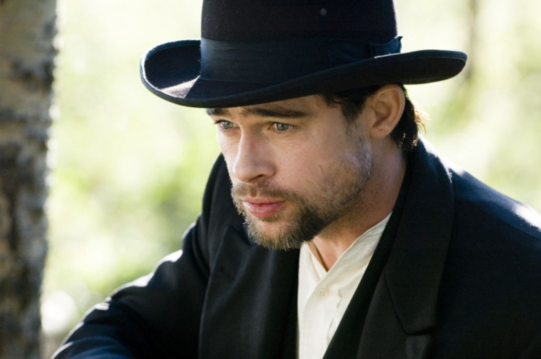 Unter falschem Namen lebt der Schurke Jesse James (Brad Pitt) unbehelligt mit seiner Frau und seinen beiden Kindern in Kansas. Doch er plant bereits... - Bildquelle: TM and   2007 Warner Bros. Entertainment Inc. All Rights Reserved.