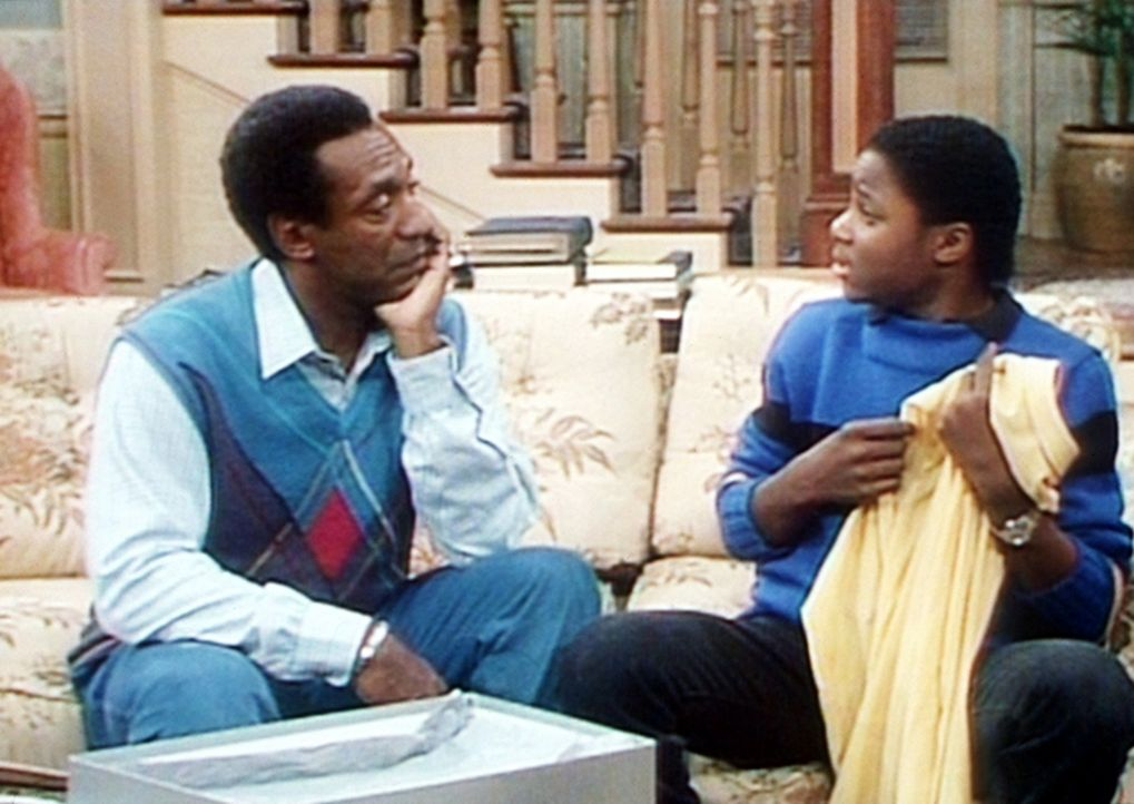 Theo (Malcolm-Jamal Warner, r.) hat sich von Vaters Geld ein teures Hemd gekauft. Doch Cliff (Bill Cosby, l.) verlangt, dass er es wieder zurückbri... - Bildquelle: Viacom