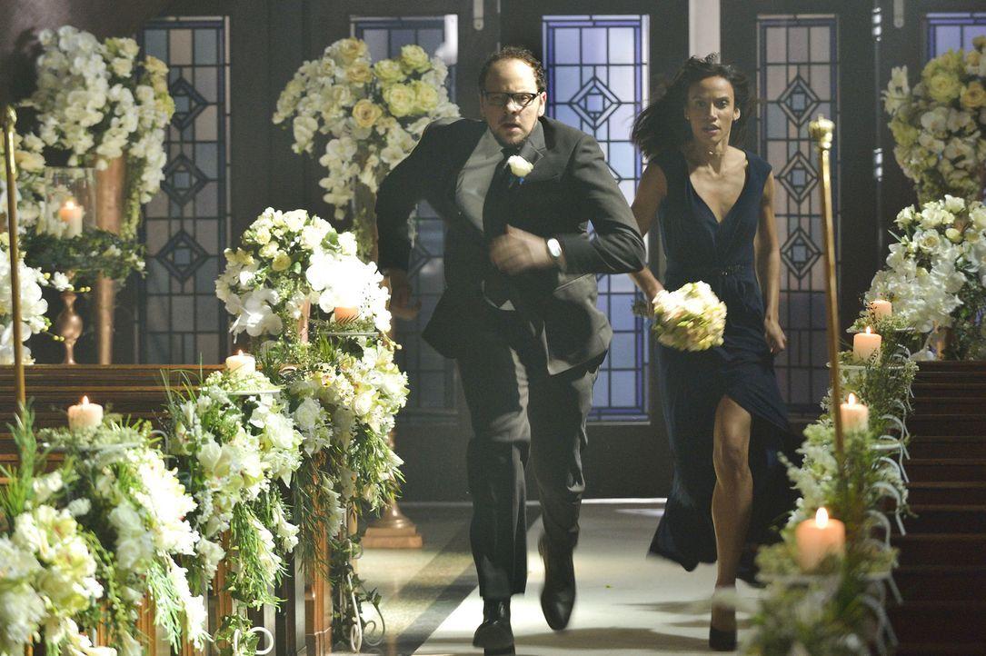 Während Catherine und Vincent versuchen zu heiraten, haben Tess (Nina Lisandrello, r.) und J.T. (Austin Basis, l.) Probleme mit ihrer Gefangenen ... - Bildquelle: Ben Mark Holzberg 2015 The CW Network, LLC. All rights reserved.
