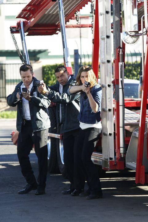Ryan (Seamus Dever, l.), Esposito (Jon Huertas, M.) und Kate Beckett (Stana Katic, r.) bekommen gerade noch rechtzeitig mit, wie ein Verdächtiger da... - Bildquelle: Kelsey McNeal ABC Studios