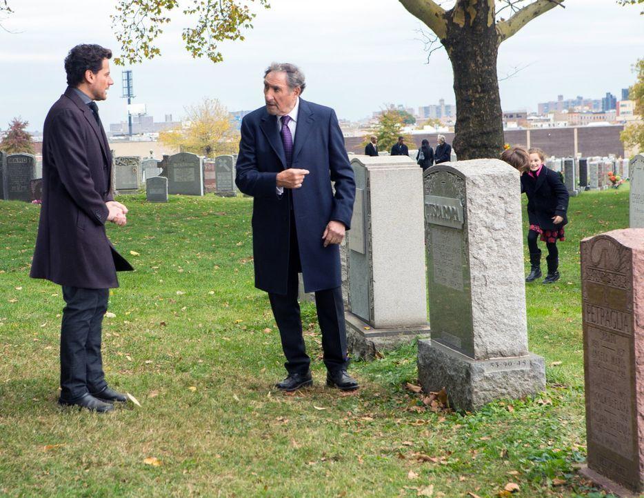 Können Henry (Ioan Gruffudd, l.) und Abe (Judd Hirsch, r.) den Mörder auf der Beerdigung seines Opfers ausfindig machen? - Bildquelle: Warner Brothers