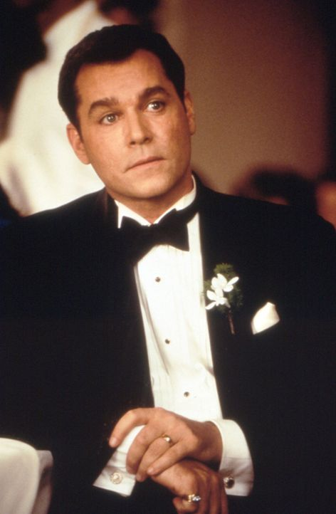 Die attraktive Herzenbrechein Page verliebt sich ernsthaft in ihr nächstes Opfer - den wohlhabenden Autohändler Dean Cumanno (Ray Liotta) ... - Bildquelle: Studiocanal